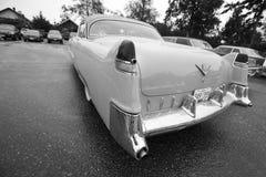 Klassisk bil för exotisk tappning på skärm på en regnig dag Royaltyfri Bild