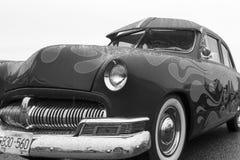 Klassisk bil för exotisk tappning på skärm på en regnig dag Royaltyfri Foto