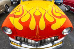 Klassisk bil för exotisk tappning på skärm på en regnig dag Arkivfoton