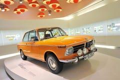 Klassisk bil 2002 för ljus orange BMW SI på skärm i BMW museet Arkivfoto