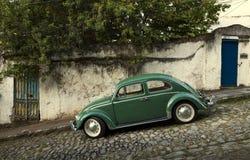 Klassisk bil för Oldtimer på en brant gata royaltyfri foto