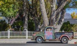 Klassisk bil på den huvudsakliga gatan Bridgeport, Kalifornien Arkivbild