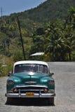 Klassisk bil på den karibiska huvudvägen royaltyfria foton
