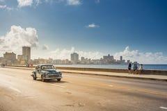 Klassisk bil på Maleconen, havannacigarr, Kuba royaltyfria foton