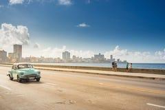 Klassisk bil på Maleconen, havannacigarr, Kuba royaltyfri bild
