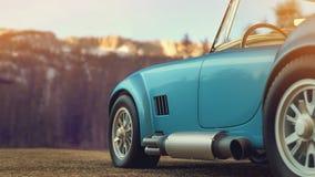 Klassisk bil som parkeras i bergen i morgonen Royaltyfria Bilder