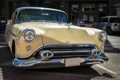 Klassisk bil som parkeras på trottoarkanten Royaltyfri Fotografi