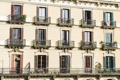 Klassisk bostads- byggnad, Barcelona Royaltyfria Foton