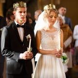 Klassisk bröllopceremoni av den stilfulla unga lyxiga bruden och brudgummen royaltyfri foto
