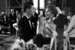 Klassisk bröllopceremoni av den stilfulla unga lyxiga bruden och brudgummen arkivbilder