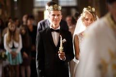 Klassisk bröllopceremoni av den stilfulla unga lyxiga bruden och brudgummen royaltyfria foton