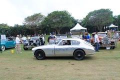 Klassisk brittisk sportbilkörning på gräs Royaltyfri Foto