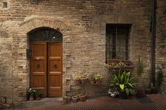 Klassisk byggnadsfasad i en stad från Tuscany Arkivfoton