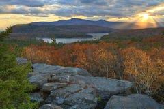 Klassisk Catskills solnedgång över den North-South laken royaltyfri fotografi