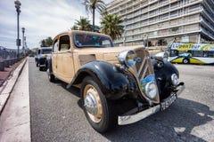 Klassisk Citroen biliin Nice under en ståta Arkivfoton