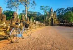 Klassisk cykel framme av Angkor Wat, Cambodja Arkivbild