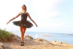 Klassisk dansare framme av havet royaltyfri bild