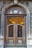 klassisk dekorerad dörr Arkivfoto