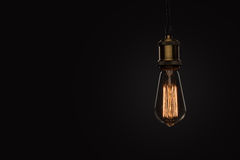 Klassisk Edison ljus kula på svart bakgrund royaltyfri fotografi