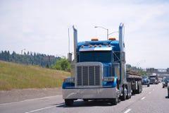 Klassisk egen för stora riggblått som trimmar den halva lastbilen Arkivfoton