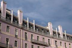 Klassisk europeisk hyreshusfasad mot lodisar för molnig himmel Royaltyfria Foton
