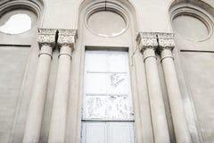 klassisk facade Gammal byggnadsfasad för tappning Åldrig klassisk byggnadsfasad med fönster Vägg för tappningbyggnadsfasad Klassi Arkivfoton