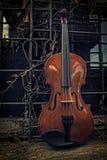 Klassisk fiol - fiol på fönsterhylla Arkivbild