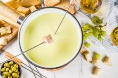 Klassisk fondue för schweizisk ost royaltyfri bild