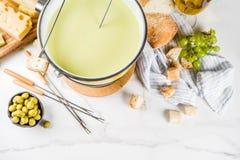 Klassisk fondue för schweizisk ost arkivfoton
