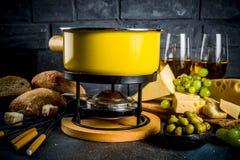 Klassisk fondue f?r schweizisk ost royaltyfria foton