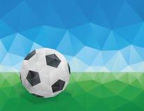 Klassisk fotbollboll, grönt gräs och blå himmel Royaltyfri Fotografi