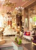 Klassisk fransk inre med speglar, lampor och soffor Arkivbild
