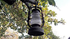 Klassisk gammal lampa Dammig fotogenlampa för tappning med smutsigt exponeringsglas och att rosta arkivfoton
