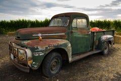 klassisk gammal rostig lastbil royaltyfri foto