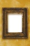 Klassisk gammal träbildram som snidas av den guld- tapeten för hand Arkivfoto