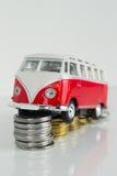 Klassisk gammal VW-campare som göras av corgien Arkivfoto