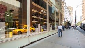 Klassisk gatasikt av gula taxiar i New York City Royaltyfria Foton