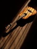 Klassisk gitarr på träbakgrund arkivfoton