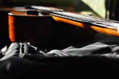 klassisk gitarr Utfärda en stränginstrument låter Fretboard rader arkivbilder