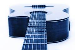 Klassisk gitarrcloseup? På vit bakgrund Arkivbilder