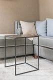 Klassisk grå soffa med trätabellen royaltyfri foto