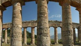 Klassisk grekisk dorisk tempel på Segesta i Sicilien, sydlig Italien Ken brännskadaeffekt stock video