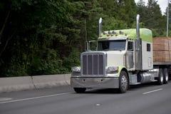 Klassisk halv lastbil för stor rigg med för släptrancport för plan säng lumbe Arkivfoto