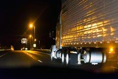 Klassisk halv lastbil på den höga vägen i natt Fotografering för Bildbyråer