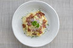 Klassisk hemlagad pastaCarbonara italienare Spagetti med bacon, arkivbild