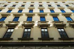 Klassisk hyreshusframdelfasad i den gamla staden Wien Royaltyfri Fotografi