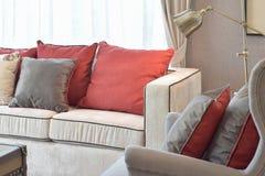 Klassisk industriell blickvardagsrum med den beigea soffan och den läs- lampan Royaltyfri Bild