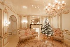 Klassisk inre av ett vitt rum Julafton vid levande ljus Klassiska lägenheter med en vit spis Arkivfoto