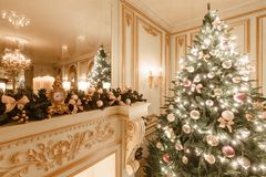 Klassisk inre av ett vitt rum Julafton vid levande ljus Klassiska lägenheter med en vit spis Fotografering för Bildbyråer