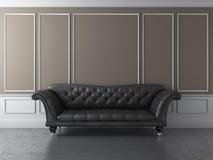 Klassisk interior med den svarta sofaen Arkivbild